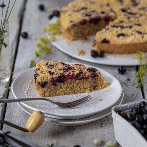 Layers of sponge base, scattered with tangy blackcurrants topped with a crisp crumble. A scrumptious Blackberry Buckle